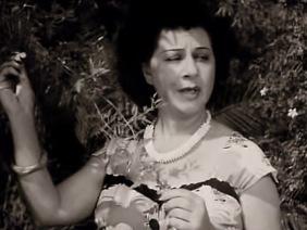 Σμάρω Στεφανίδου στον ρόλο της Λουκίας Ασπροκότσυφα.